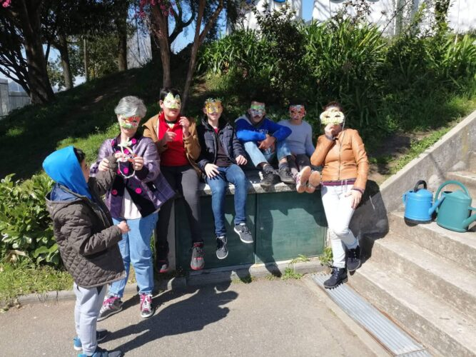 Grupo de alunos e professoras com máscaras