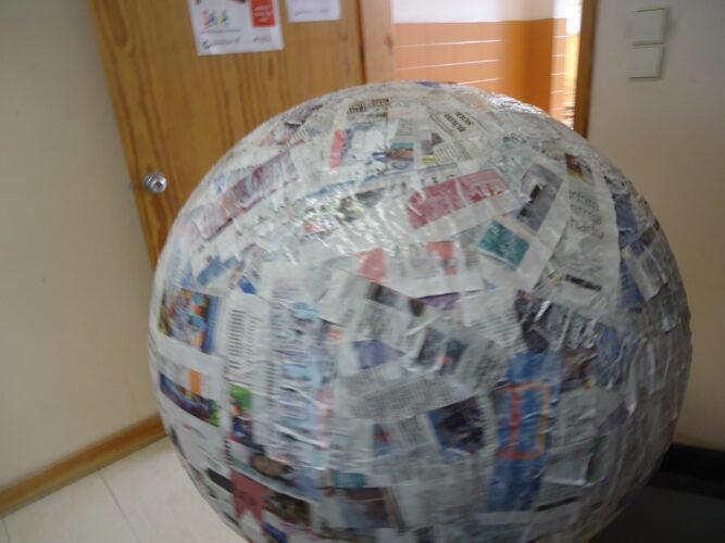 Balão envolto em jornal e cola branca.