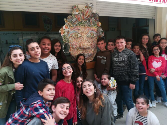 Grupo turma que esteve envolvido no projeto e elaboração da máscara junto do bar dos alunos da turma B1 do 6º ano de escolaridade da Escola Básica do Castro.