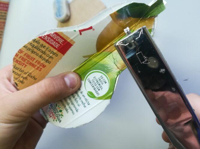 União com agrafos de partes de embalagens de Compal em forma de pêra.