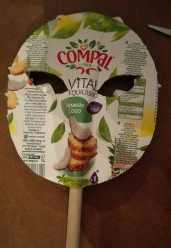 Parte de trás da máscara com embalagem Tetra Pak da marca Compal.