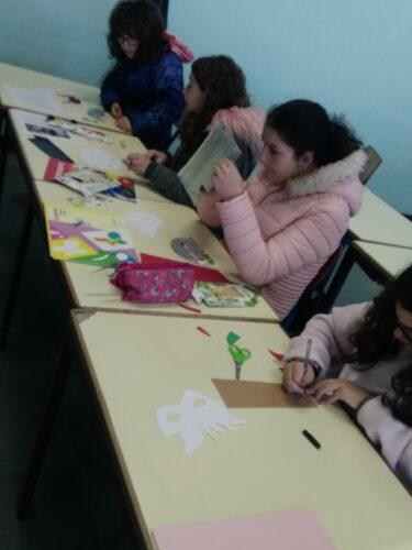Fase de construção da máscara, utilizando o recorte de caixas da compal e cartolinas e colagem das mesmas.
