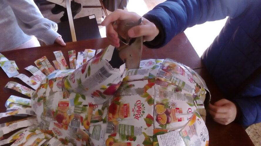 Revestimento da estrutura com pedaços de embalagens Tetra Pak/Compal.