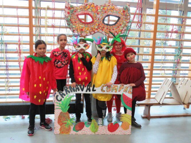 Alunos com todos os materiais produzidos na Matiné de Carnaval