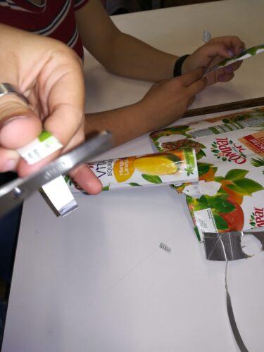 Seleção e corte de mais embalagens para fazer as sobrancelhas, a boca e o piercing.