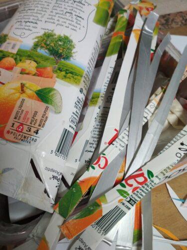 As embalagens Tetra Pak da Compal foram utilizadas para fazer recortes em tiras.