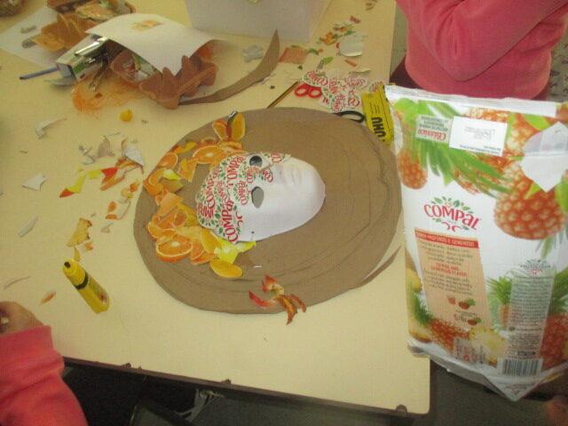 Registo do processo de construção da máscara (recorte, colagem e aplicação dos diferentes materiais).