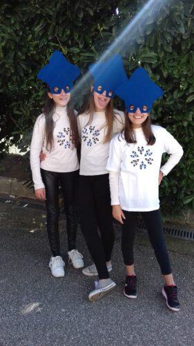 Dia do desfile - Grupo de alunas com a máscara