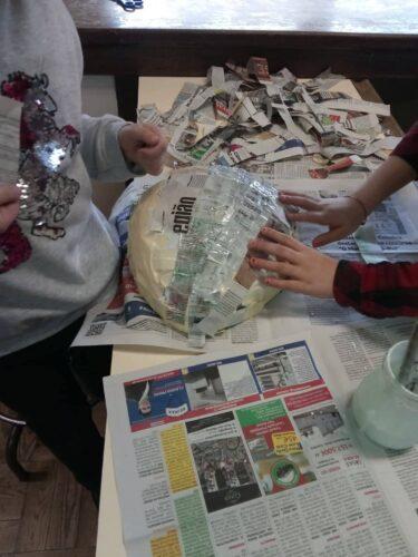 Construção da base/estrutura da máscara utilizando a técnica do papel machê com as embalagens da Tetra Pak e jornal.