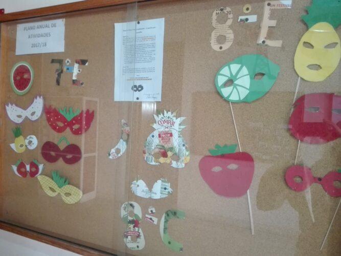 Exposição de máscaras de Carnaval construídas com pacotes da Compal pelos alunos das turmas 7ºE, 8ºC e 8ºE.