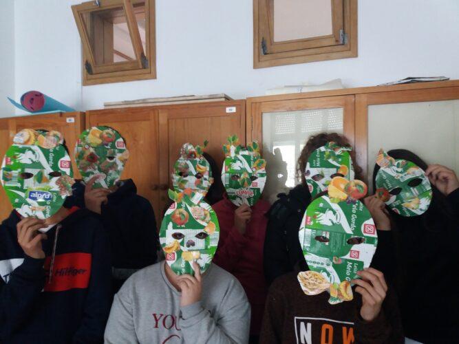Alunos com máscaras.
