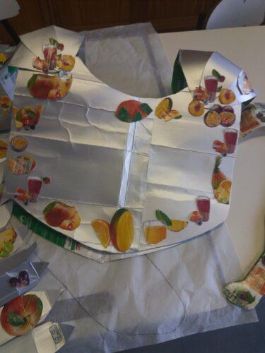 Construção do traje, usando sempre as embalagens tetra pack. Foram recortados os frutos das embalagens Compal para decorar o traje.