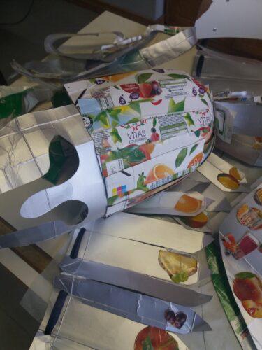 Capacete do Guardião da Furta, revestido com embalagens Compal.